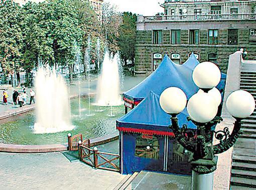 Фонтан на Крещатике был построен в 1980 году и не отличался особой изысканностью.