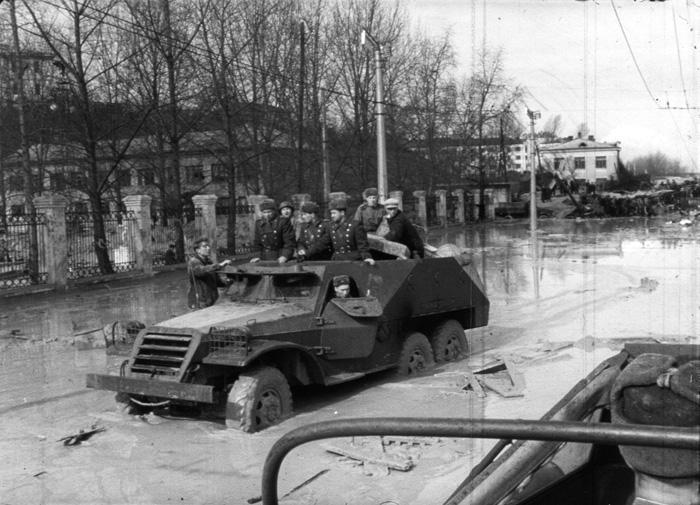 В спасательных работах участвуют военные Киевского гарнизона