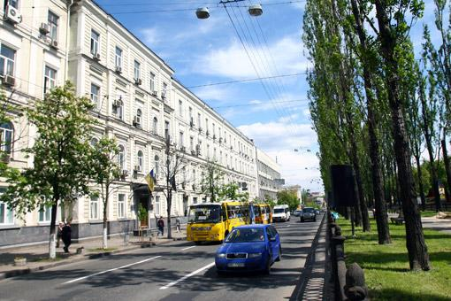 В гимназии на бульваре Шевченко, 18, писатель встретил свою первую жену.
